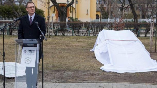 Málenkij robotra elhurcoltak emlékművének állítása Kispesten avatóünnepséggel egybekötve.